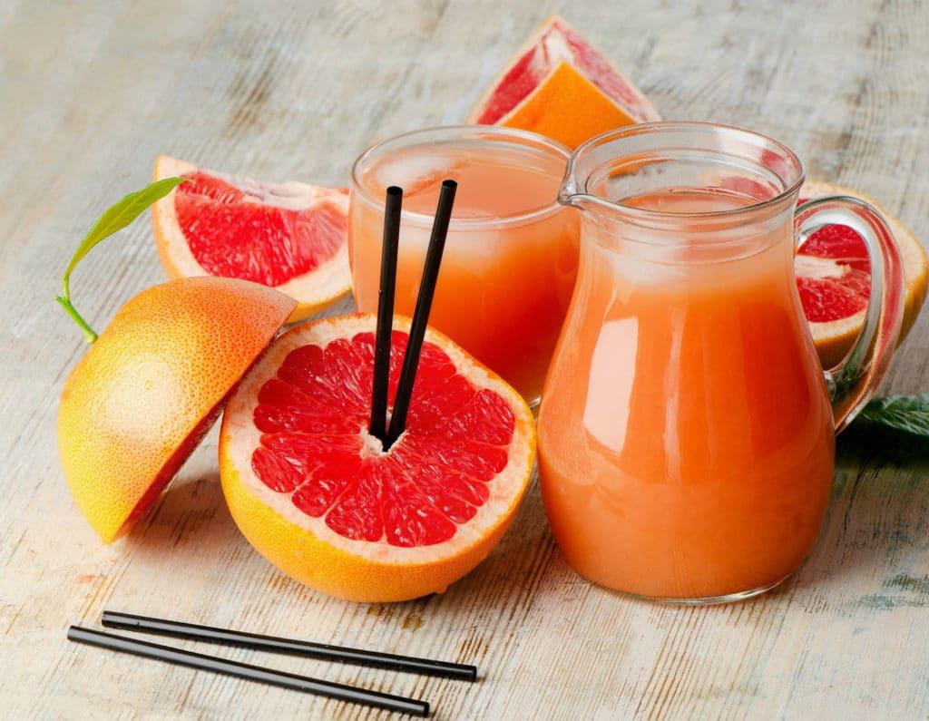 Диабетики могут употреблять грейпфрут как в обычном виде, так и в качестве соков