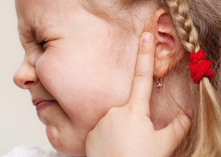 Что делать если у ребенка болит ухо (первая помощь)