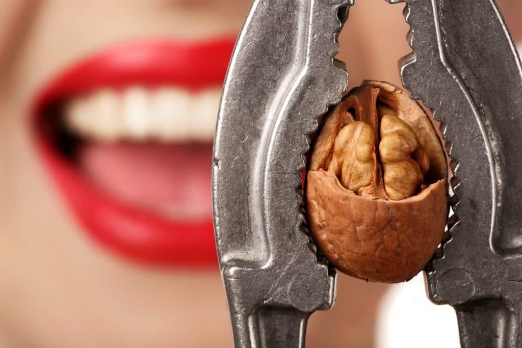 Твёрдая пища - причина механических повреждений