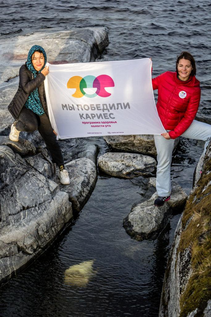 Установка скульптуры Чистому и здоровому зубу в воде Ладожского озера