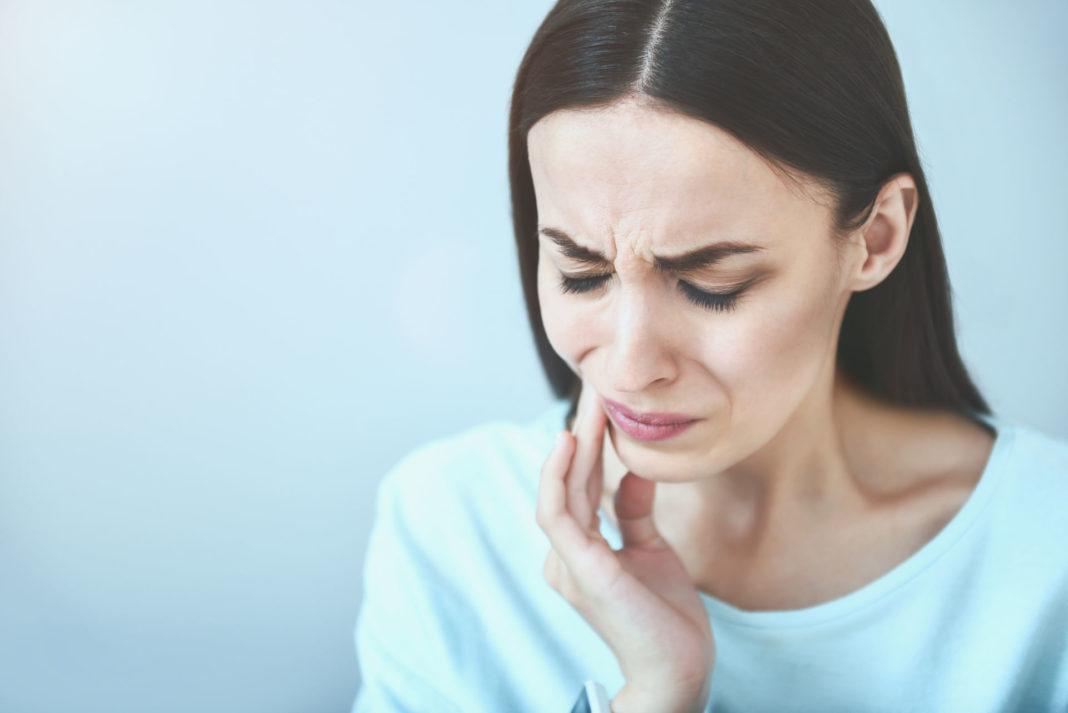 Боль при нажатии на ухо