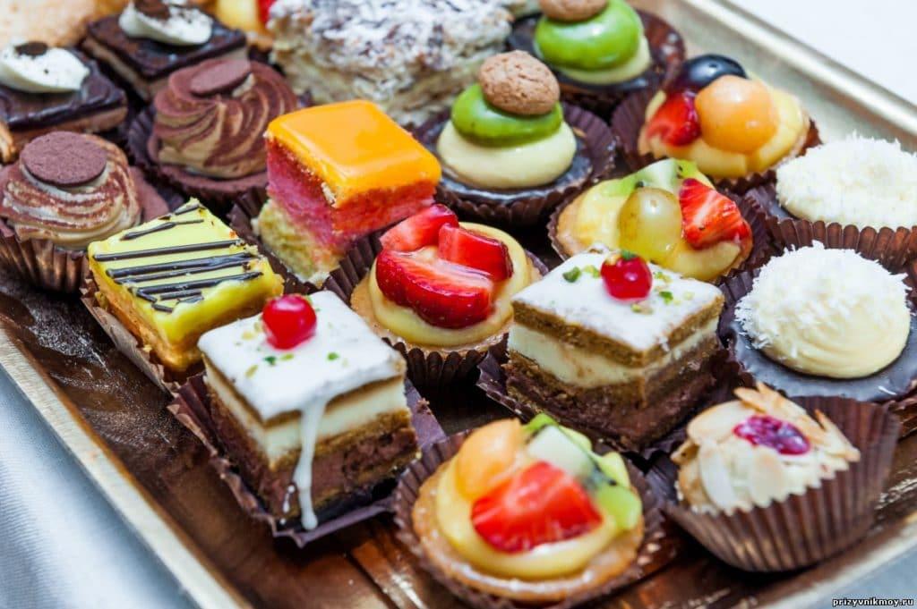 Во время щадящей диеты, придется отказаться от сладкого и любых быстрых углеводов