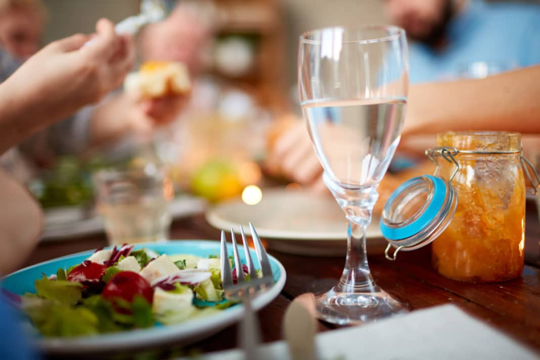 Вредно ли запивать еду?