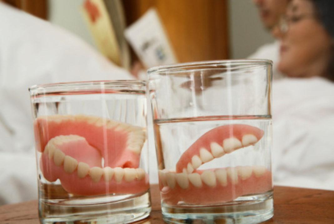 Советы стоматолога о том, как правильно ухаживать за съемными зубными протезами